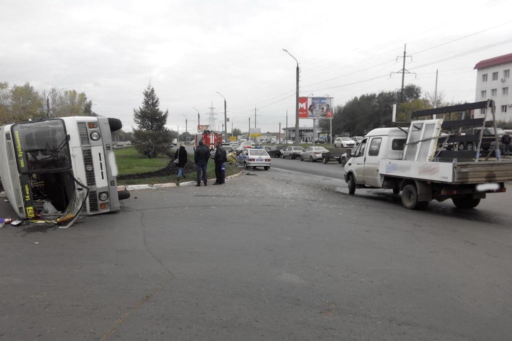 ВОренбурге маршрутка непропустила Газель иперевернулась, есть пострадавшие