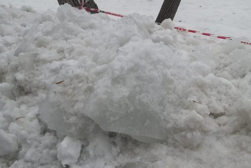В Оренбурге на ребенка упал снег со льдом: дело будет рассматривать суд
