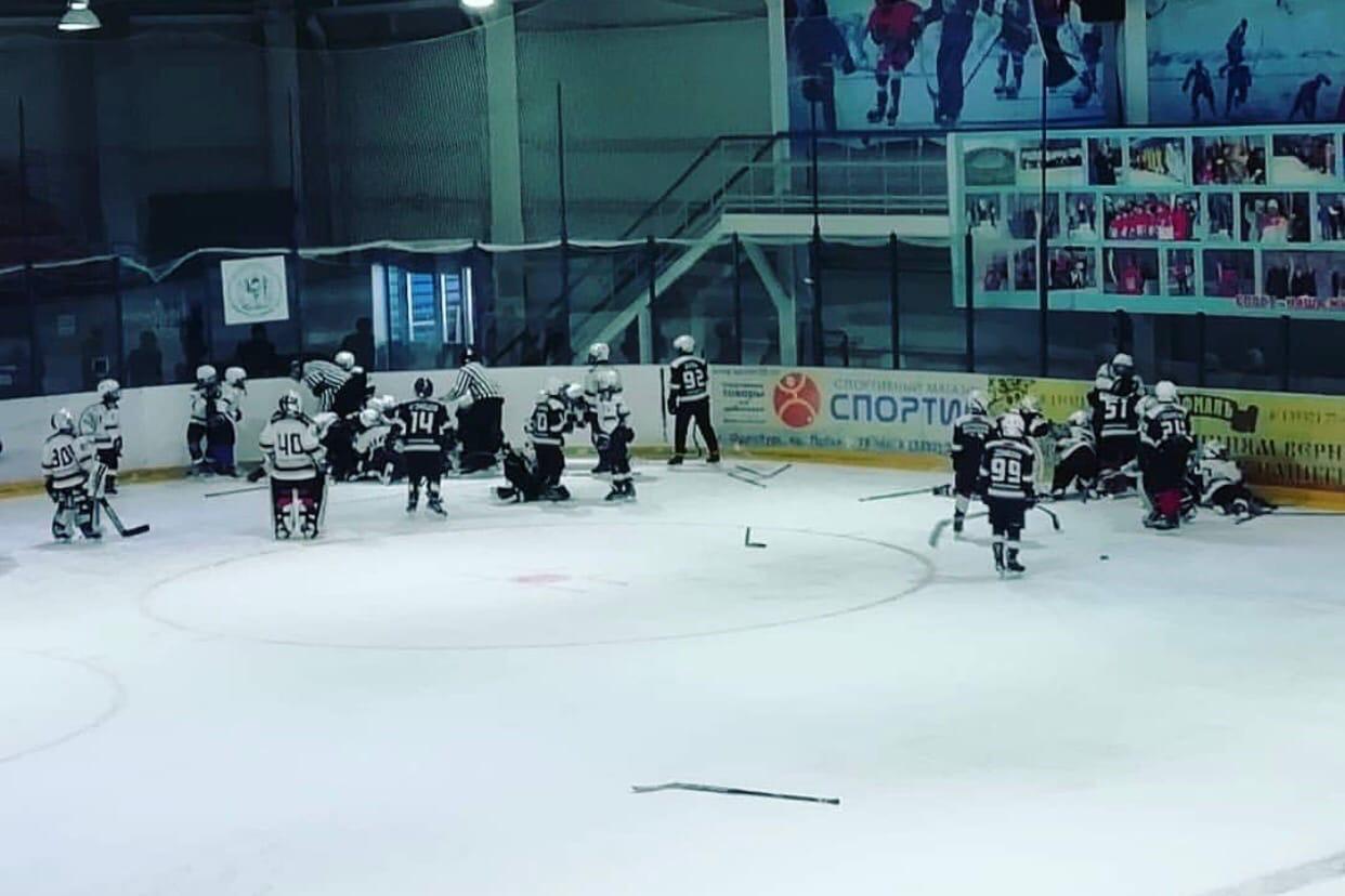 10-летние хоккеисты ХК «Южный Урал» и «Сарматы» устроили массовую драку на льду