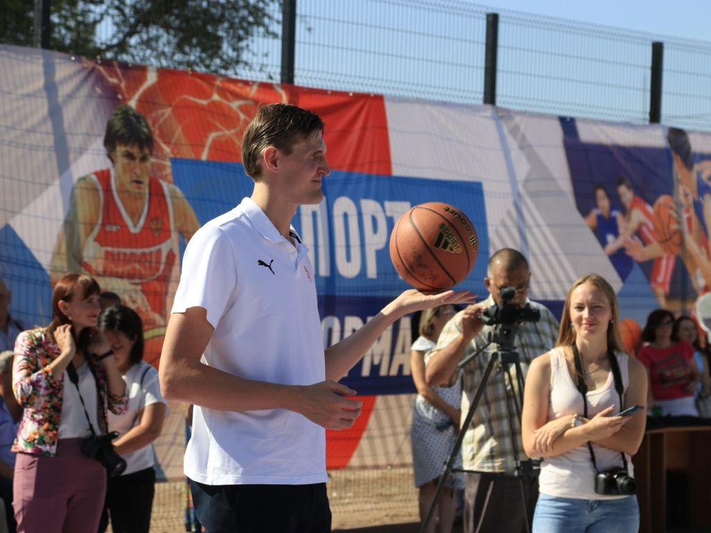 Известный баскетболист Андрей Кириленко открыл в Бузулуке баскетбольную площадку