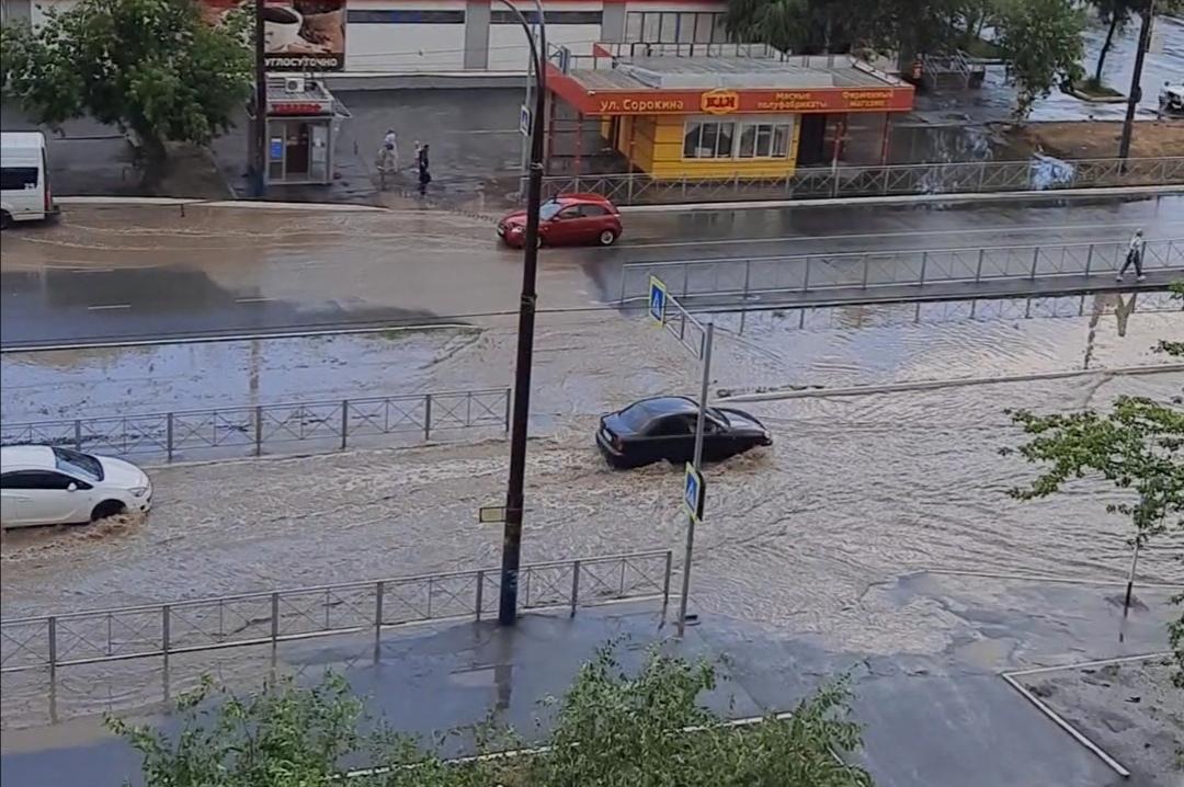Сегодня улицы Орска снова затопило после дождя (видео)