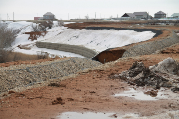 Жители села в Оренбургском районе боятся, что их дома могут обрушиться даже после укрепления берега реки почти за 50 млн рублей