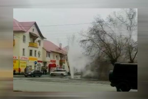 В центре Орска из-за испытаний тепловых сетей забил фонтан из горячей воды