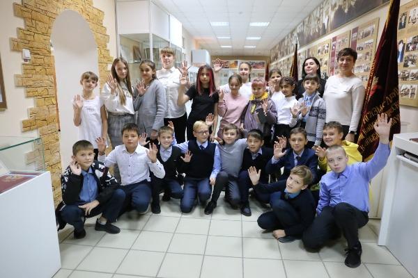 Музей ММСК посетили медногорские школьники