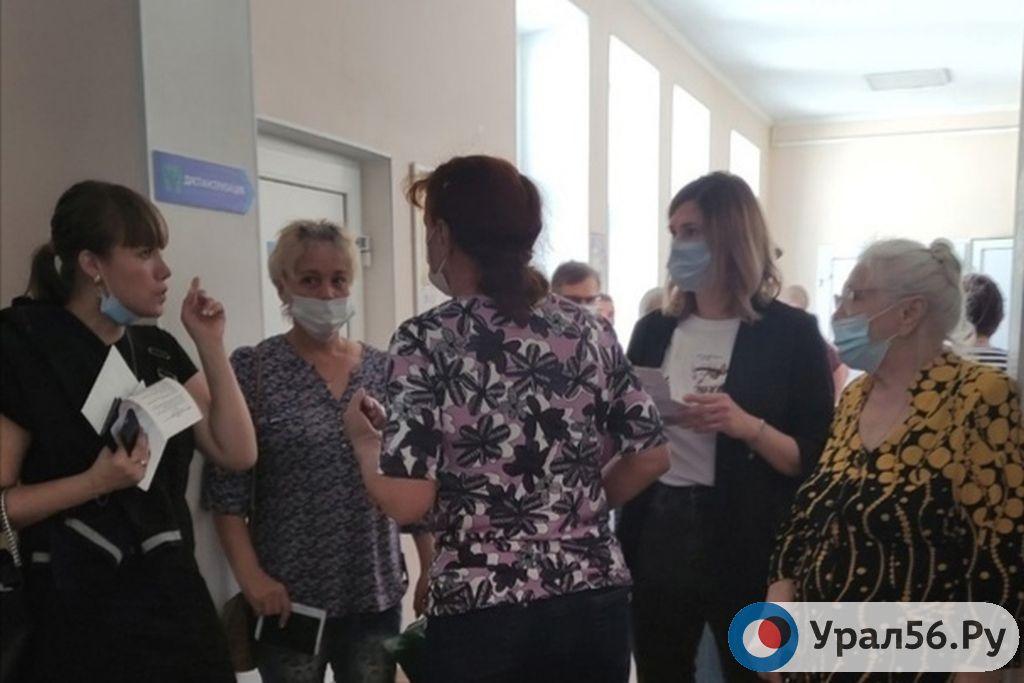 В поликлинике Орска образовалась большая очередь на вакцинацию от коронавируса